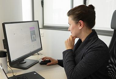 Charlotte devant l'ordinateur - accompagnement client