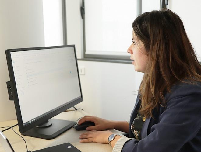 Charlotte devant l'ordinateur- accompagnement client