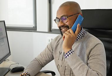 Nath au téléphone - accompagnement client